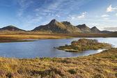 Scottish Highlands, lake and mountains of Ben Loyal, northern Sc — Stock Photo