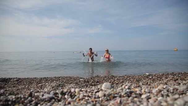 Feliz esposo y esposa en el mar rojo — Vídeo de stock
