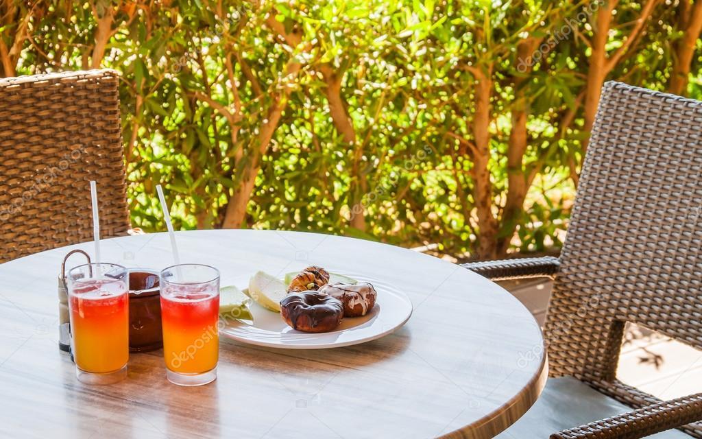 Twee cocktails en donata op een plaat op een tafel in een caf stockfoto tanach 120076244 - Scandinavische cocktail tafel ...