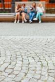Vier besten Freunde Spaß auf einer Parkbank — Stockfoto