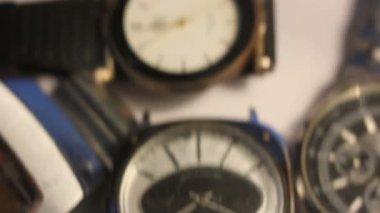 Alte Uhren auf dem Tisch — Stockvideo