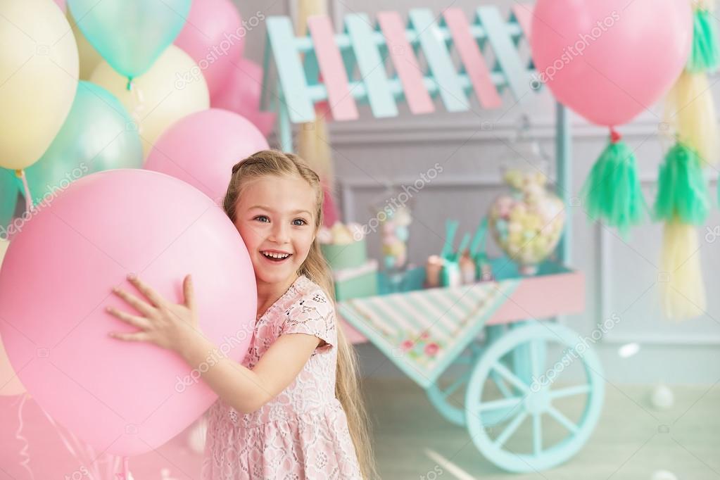 一个小女孩的肖像微笑和持有一个大气球 图库照片 169 K Kibler#97745642