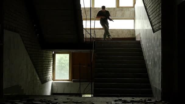 El terrorismo funciona en un edificio arruinado — Vídeo de stock