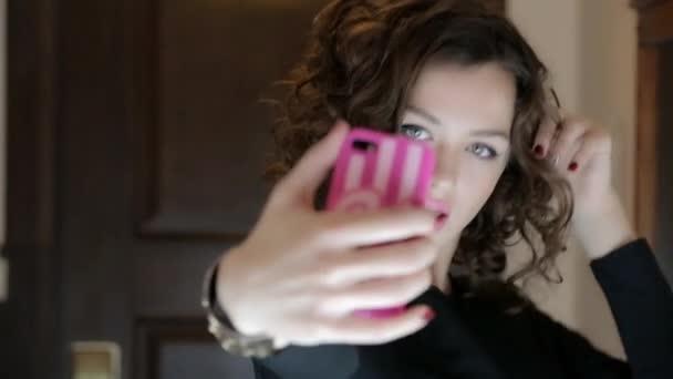 Видео девушка фотографирует подругу фото 733-903