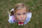 Barn tjej ansikte ovanifrån perspektiv skott utanför på gräs — Stockfoto