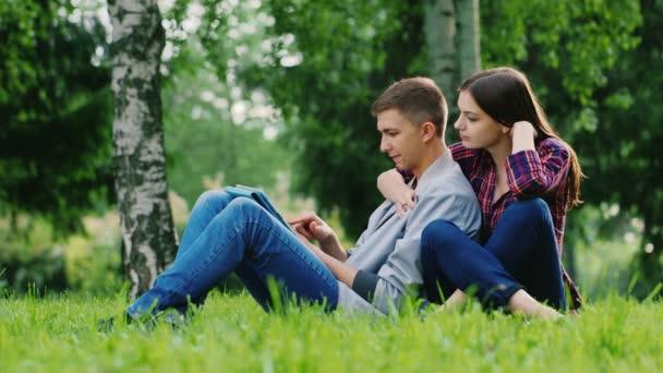 мужчина и женщина прижимаются фото