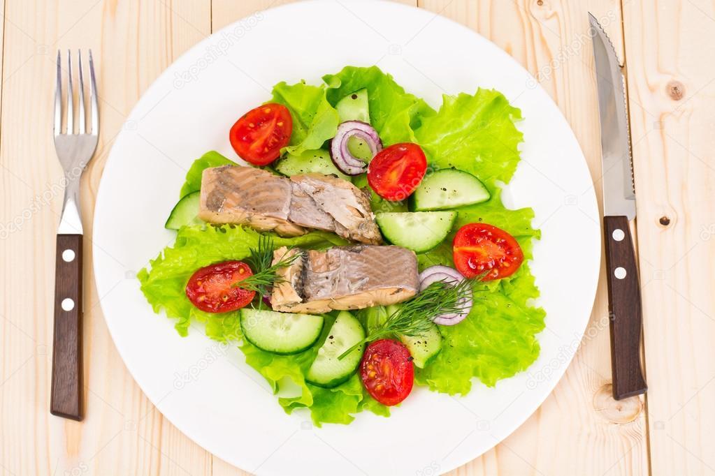 Салат с тунцом и огурцом и помидором и