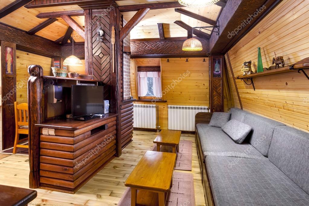 Traditionele houten interieur met tafel en armaturen mountain resort kamer interieur - Interieur gevelbekleding houten ...