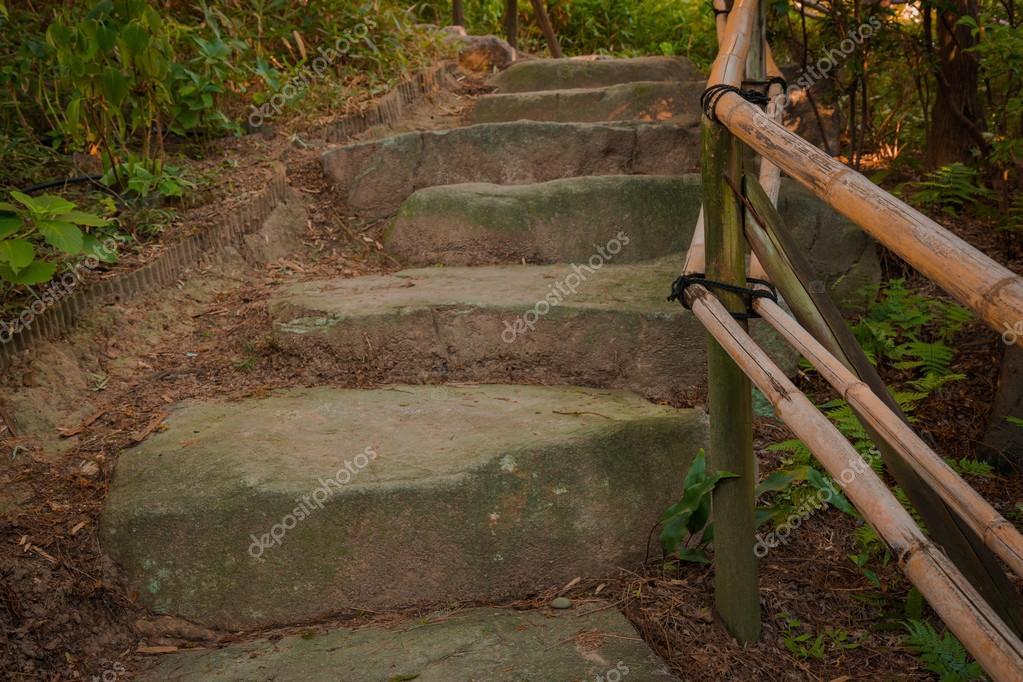 escaleras de piedra y agarradera de bamb en la naturaleza u foto de stock