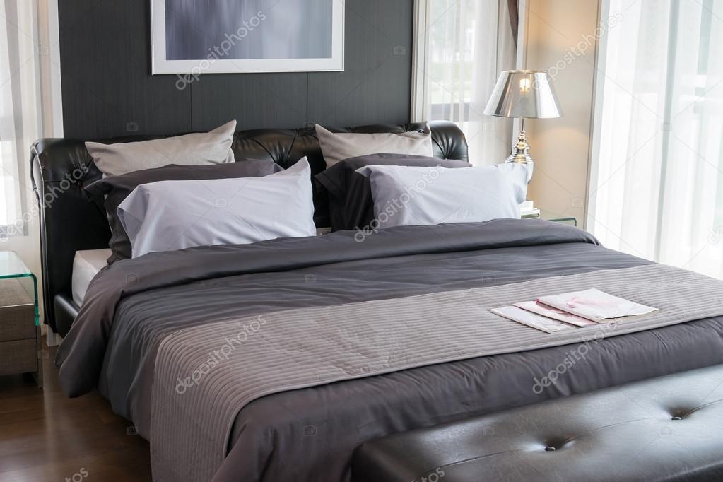 Moderne Luxus Schlafzimmer mit Kissen und Lampe — Stockfoto ...