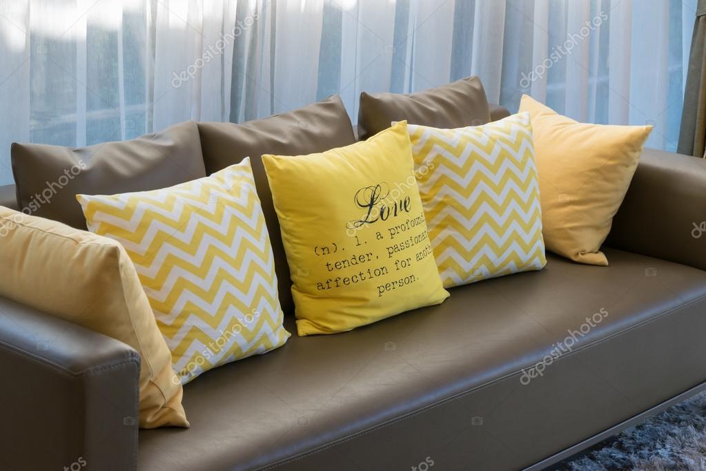 moderne woonkamer design met bruine sofa en gele kussens, Meubels Ideeën