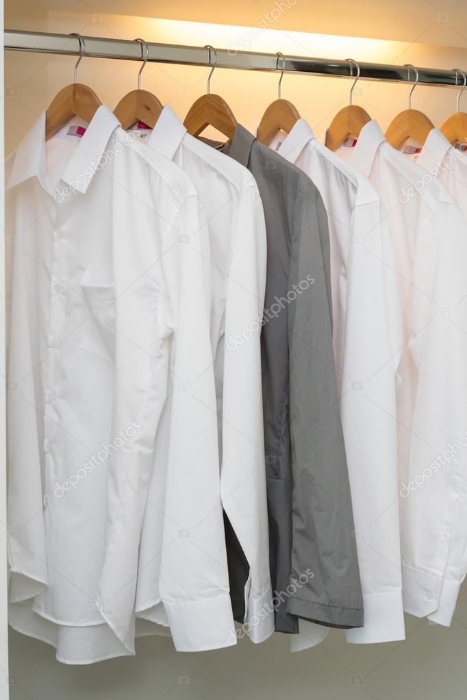 Raden av tröjor hängande på klädhängare i vit garderob u2014 Stockfoto #107125514
