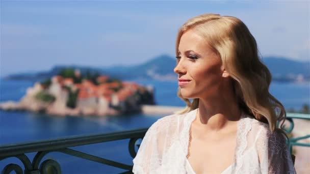очаровательная блондинка видео