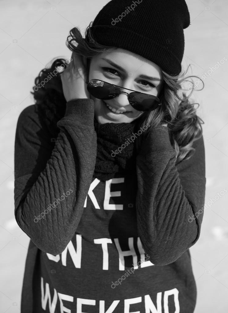 Картинки черно белые девушка в черном зимой