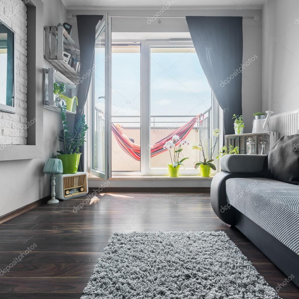Mooie woonkamer met grote ramen — Stockfoto © in4mal #117179288