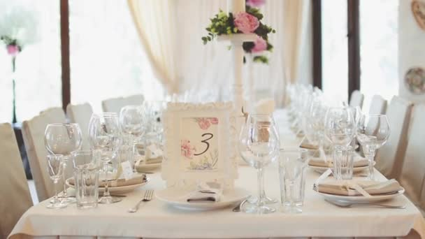 mesa decoradas para la boda en la mesa es un marco con flores y un nmero decoracin floral en una jarra sobre la mesa para la ceremonia de boda u metraje