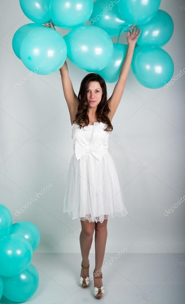 Девушка в белом платье и в очках
