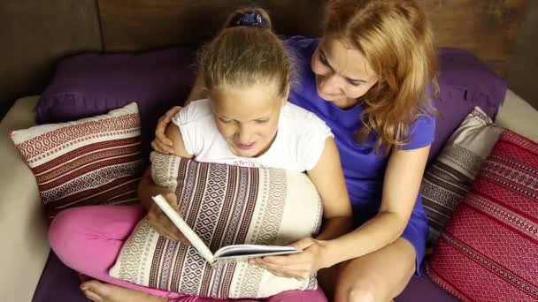 m re embrassant sa petite fille alors qu 39 elle dort dans son lit vid o jiovani 94931604. Black Bedroom Furniture Sets. Home Design Ideas