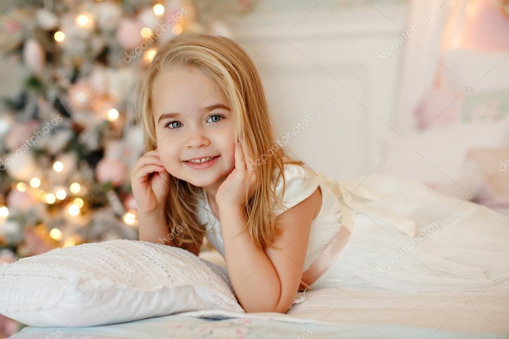 Очень милая блондинка на кровати