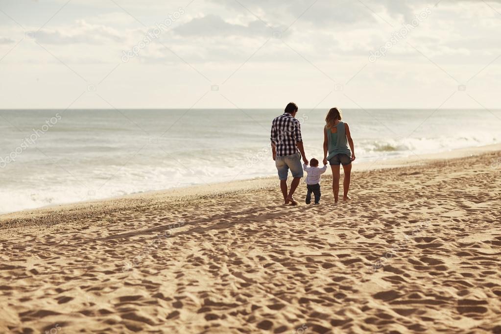 Идет по пляжу фото