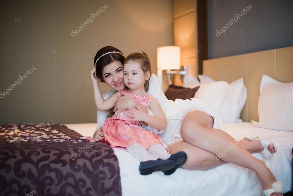 мать и дочка в спальне