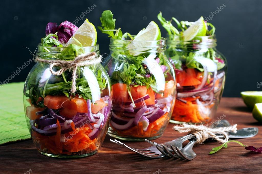 das konzept einer gesunden ern hrung leichter salat aus rucola tomaten lila zwiebeln und kalk. Black Bedroom Furniture Sets. Home Design Ideas