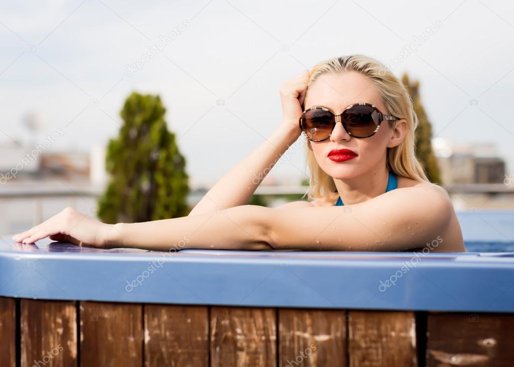 Блондинка в джакузи фото 347-632