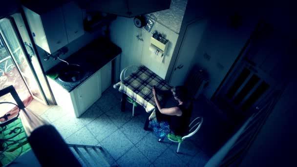 одинокая женщина дома видео