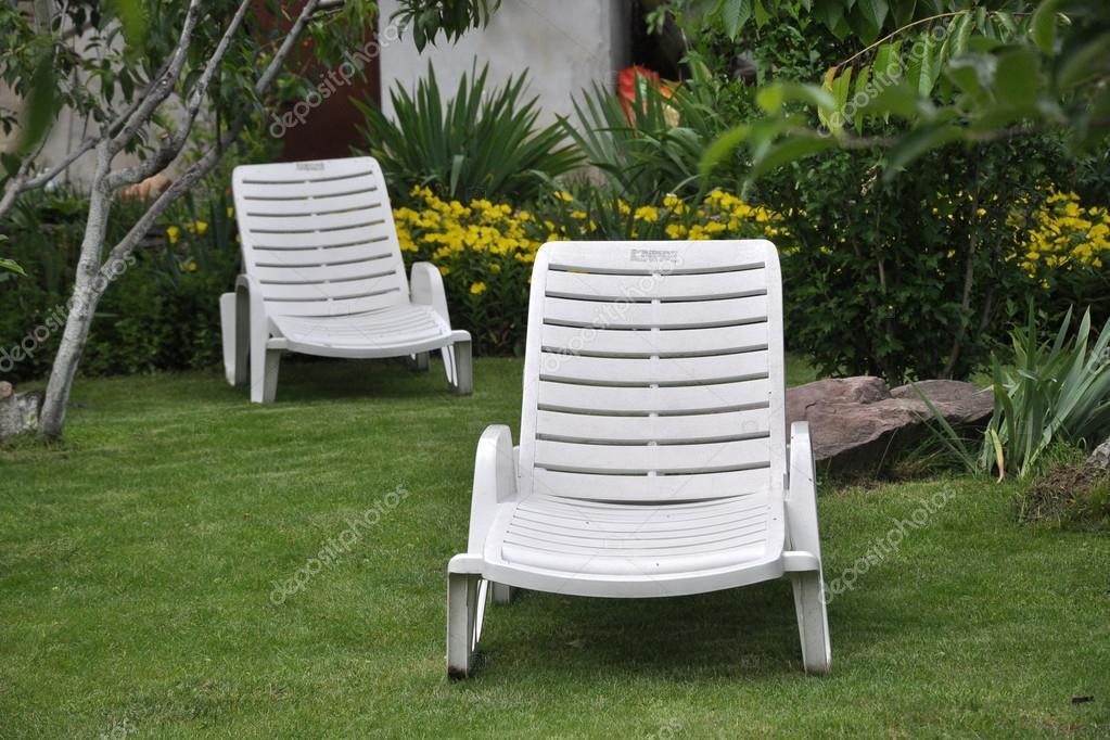 muebles para relajarse en el jardn de su casa de campo entre la verde u foto