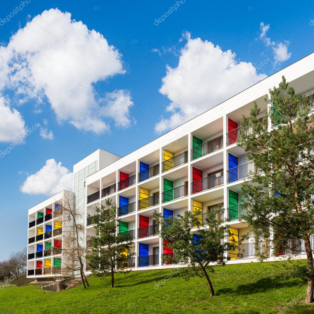 Moderno blocco di appartamenti con balconi colorati. vivere verde ...