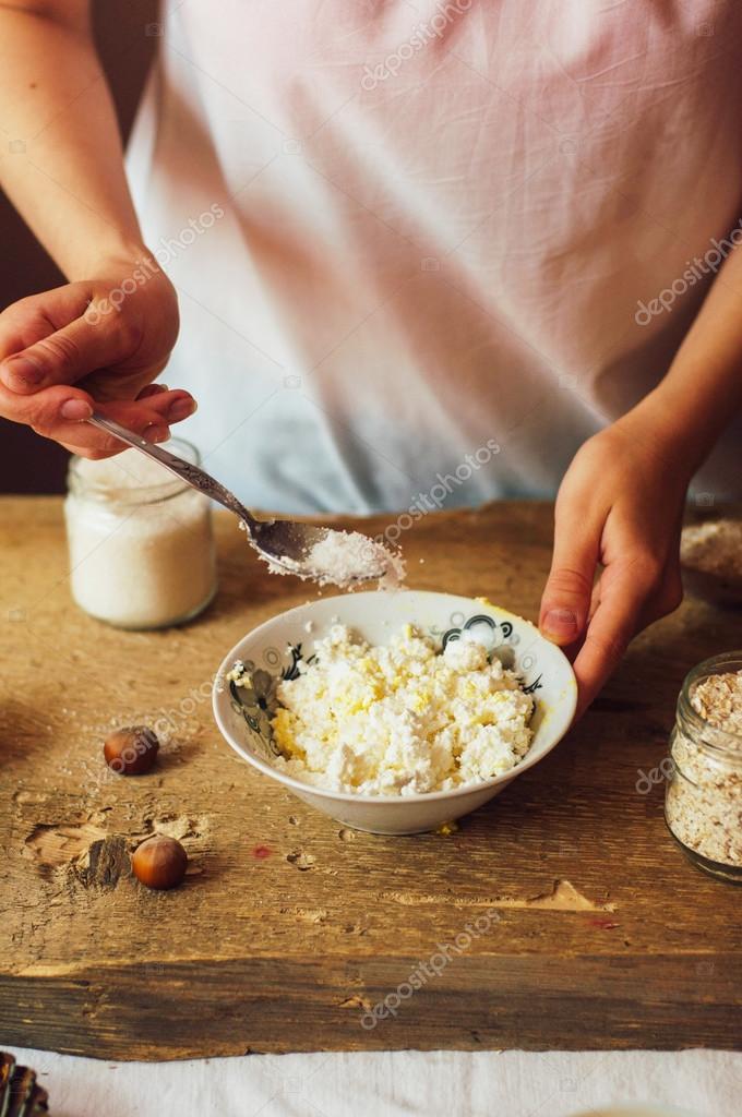 De vrouw in de keuken bereidt de pudding van de wrongel gevuld met ...