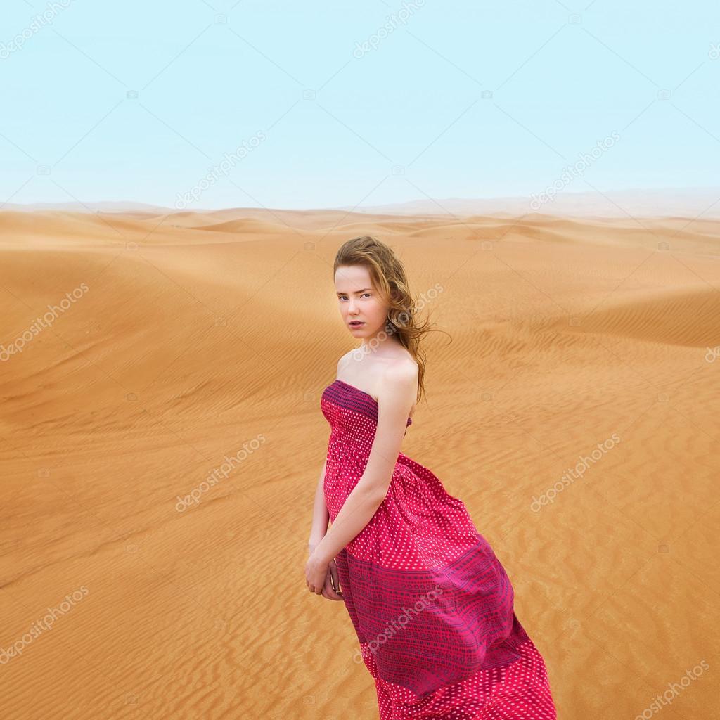 Красивые девушки в пустыне фото