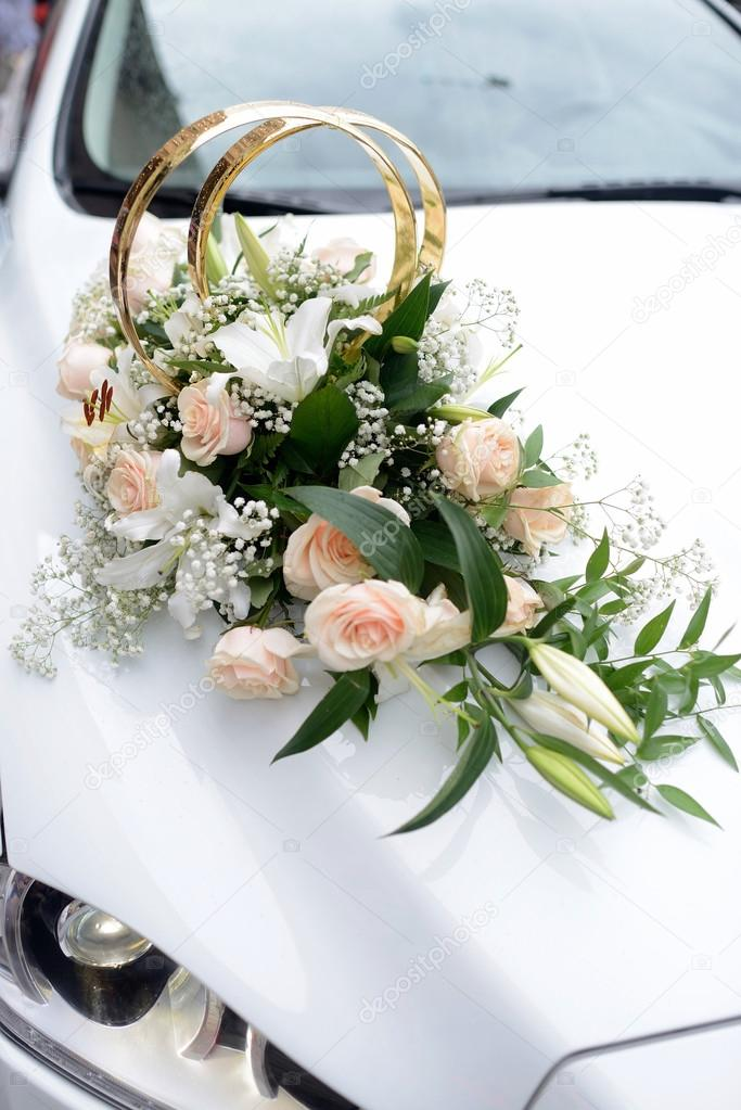... - Hochzeitsstrauß und Ringe auf Auto — Stockbild #103806686