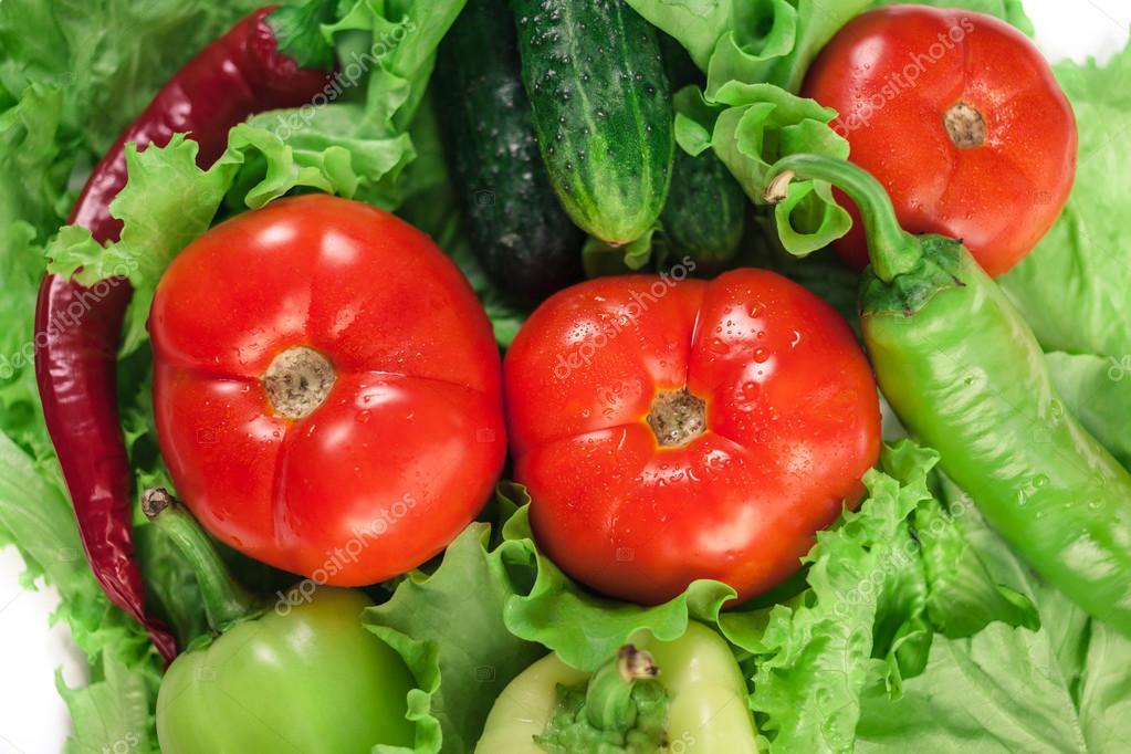 Салат с помидорами перцем и огурцами на зимуы