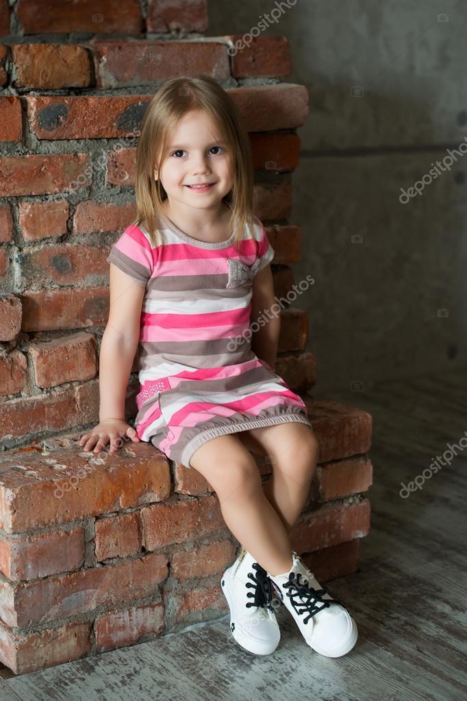 Gu00fczel ku00fcu00e7u00fck ku0131z - Rus ku00fcu00e7u00fck Foto model - u00e7izgili pembe elbise ve spor ayakkabu0131 - Smile - Tikhomirova Veronika.