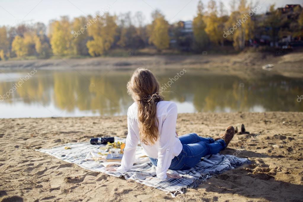 Фото морозной реки с девушкой