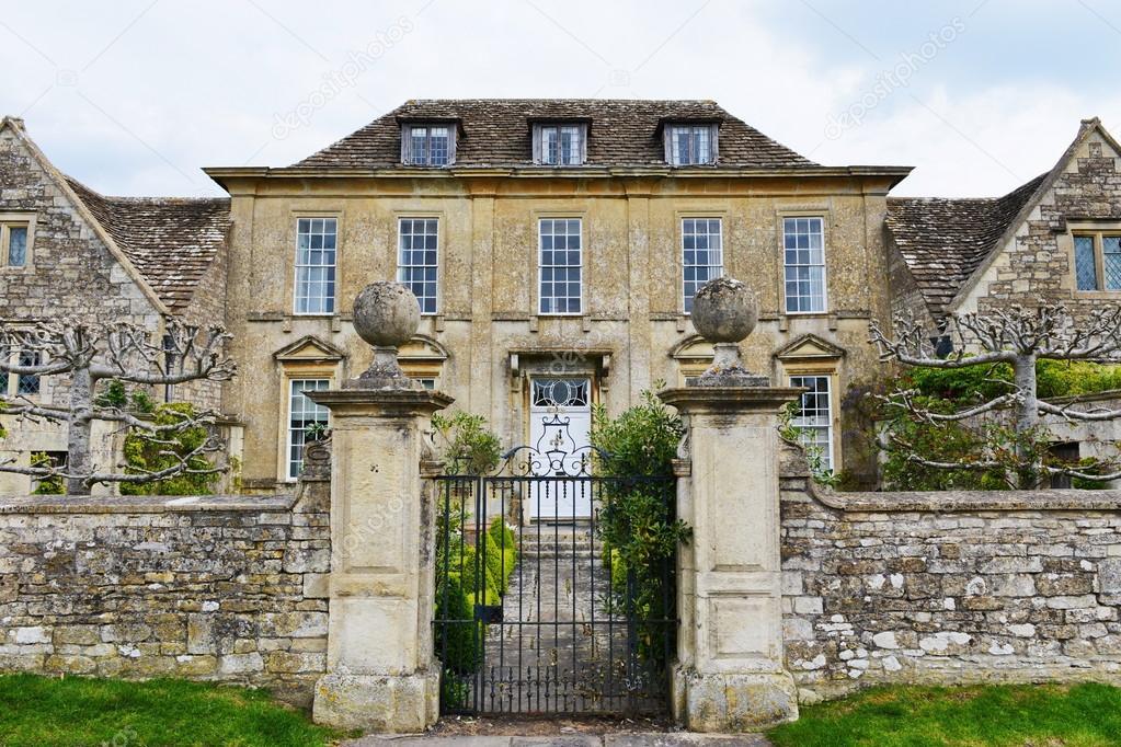 mur de pierre gated entr e et l 39 ext rieur d 39 une maison du vieux manoir de campagne anglaise. Black Bedroom Furniture Sets. Home Design Ideas