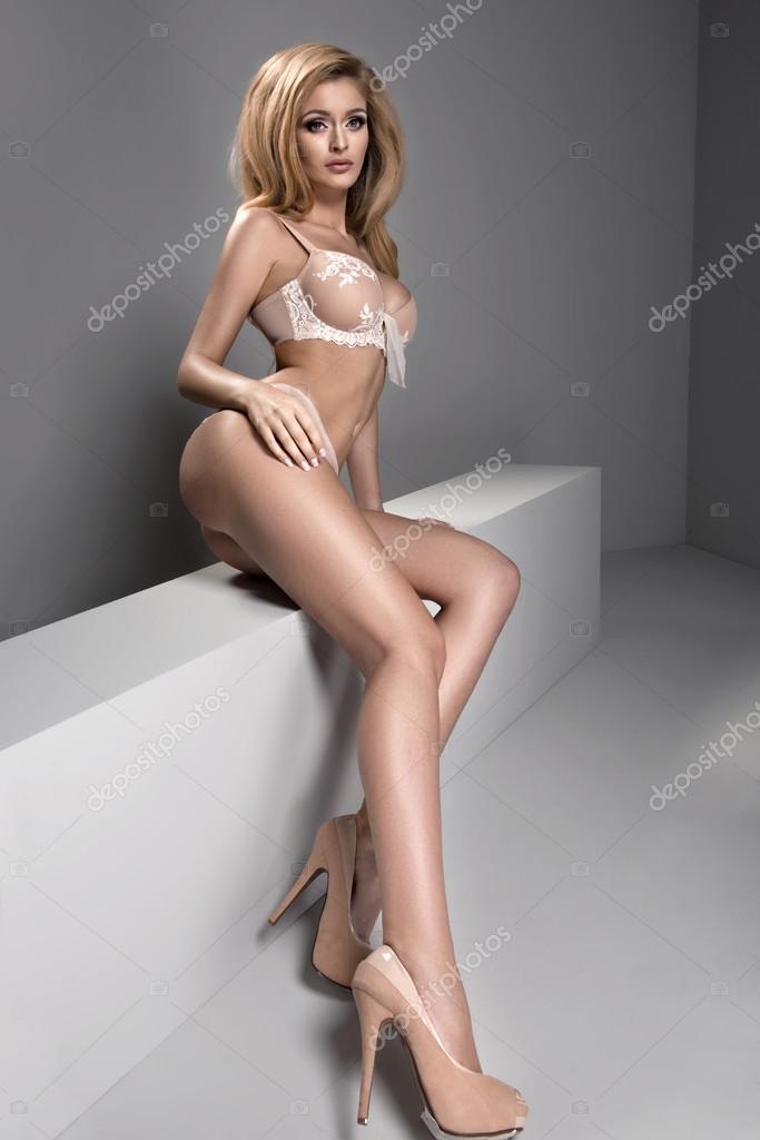 Сексуальная блондинка позирует
