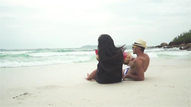на пляже молодая пара видео