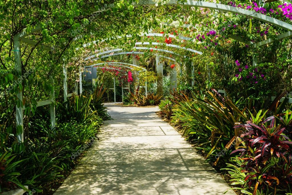 depositphotos 109449316 stock photo flower arch in naples fl - Что посмотреть в Неаполе?