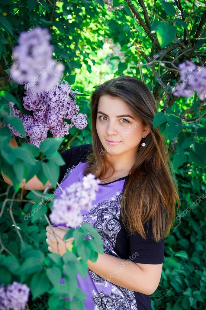 Фото девушки и цветущие деревья
