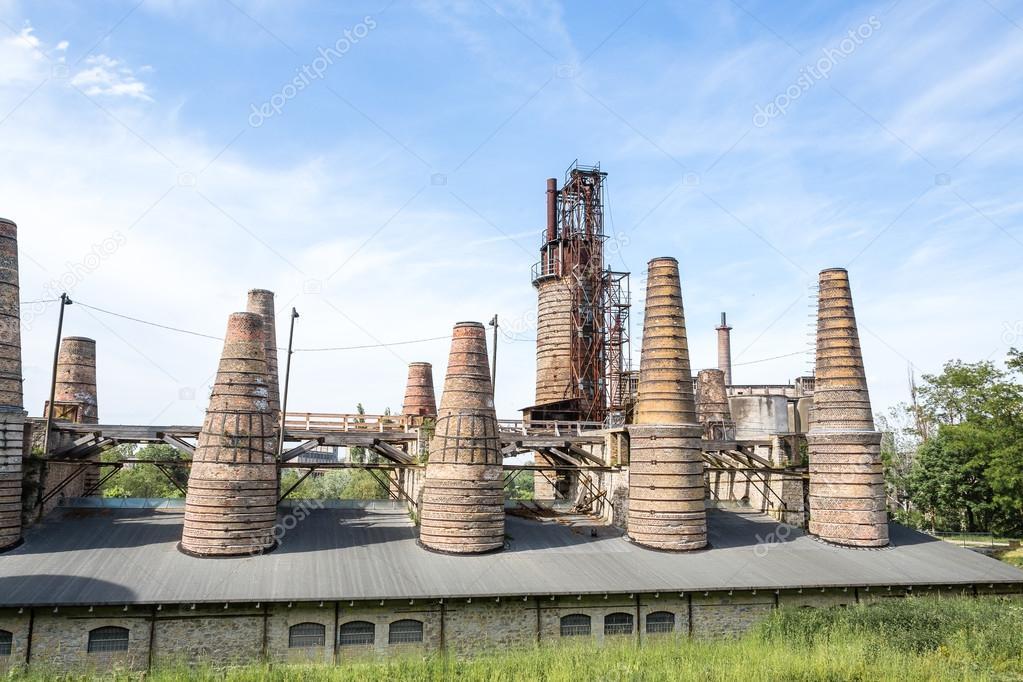 Antigua f brica azulejos y ladrillos altas chimeneas for Fabrica de azulejos