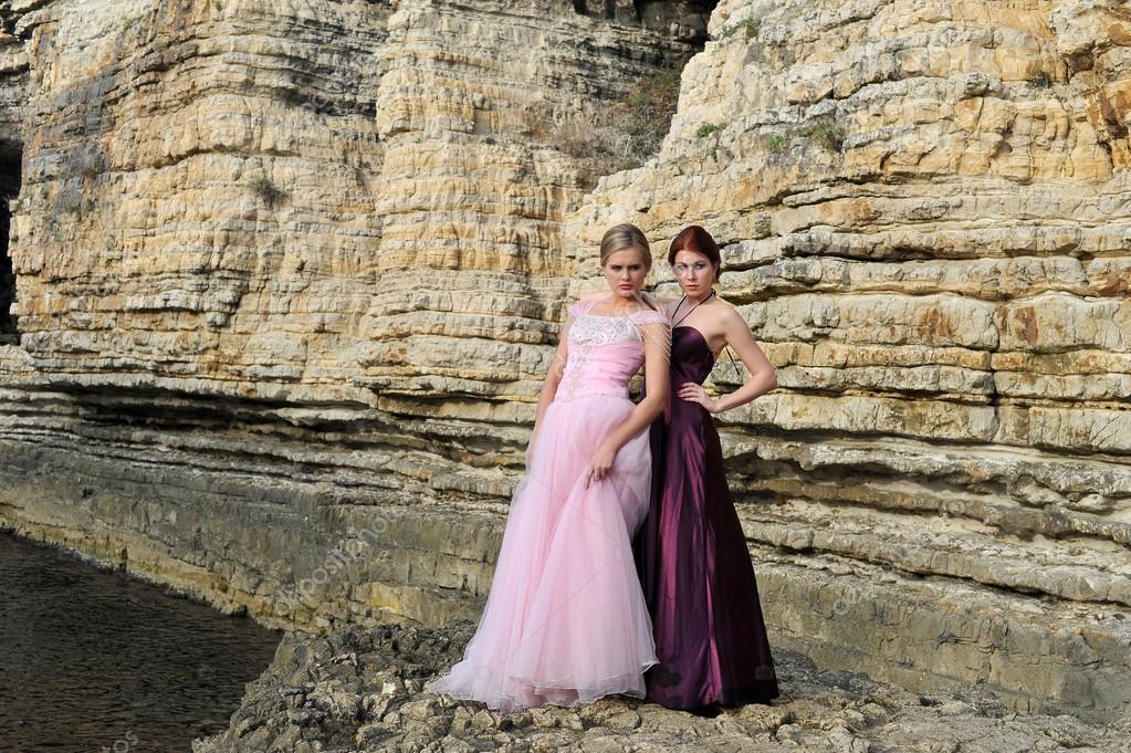 modelos de boda hermosa posando en la naturaleza u foto de stock