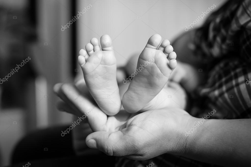 Piedi del bambino in mani della madre foto in bianco e for Piani di studio 300 piedi quadrati