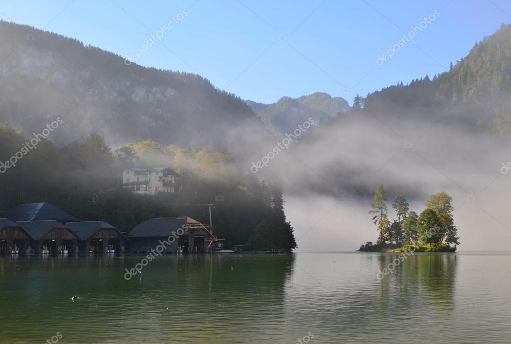 Фотообои Посмотрите на маленький островок с деревьями в озере с туманом по утрам. Германии - озеро Кенигзее.