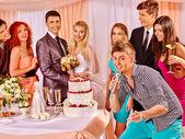 Svatební pár a hosté zpívají píseň