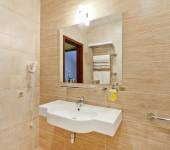 Moderní koupelna v hotelu