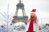 Dívka v santa hat poblíž Eifellova věž