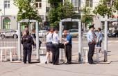 Plot s detektory kovů policie rámců na centrálním náměstí i