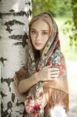 Szépség nő a nemzeti mintás sál
